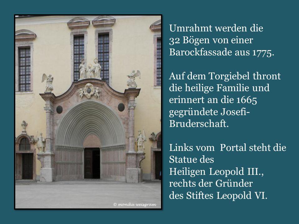 Umrahmt werden die 32 Bögen von einer Barockfassade aus 1775.