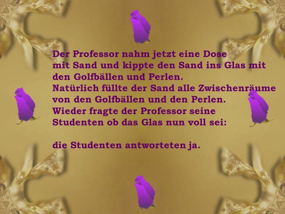 Der Professor nahm jetzt eine Dose mit Sand und kippte den Sand ins Glas mit den Golfbällen und Perlen.