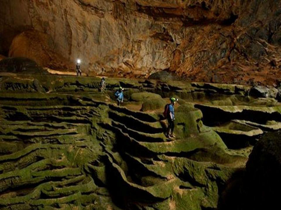 Wie ein versteinerter Wasserfall, zieht eine Kaskade von kanneliertem Kalkstein, begrünt von Algen, ehrfürchtige Höhlenforscher in ihren Bann.