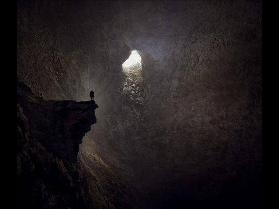 Ein riesiger Strahl von Sonnenlicht stürzt in die Höhle wie ein Wasserfall, davor, steht ein Tropfstein