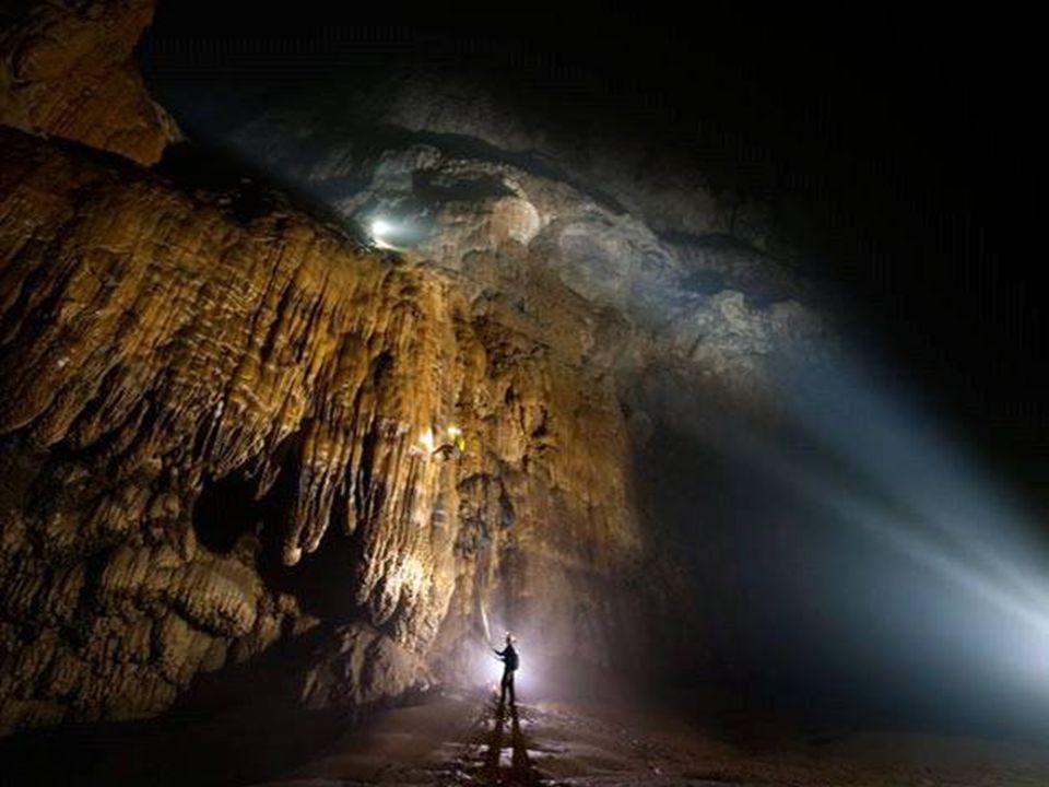 Die große Mauer von Vietnam Nach der Erkundung des sechs Kilometer langen Höhlendurchganges war ihr Weg durch einen gigantischen Kalkstein-Felsen vers