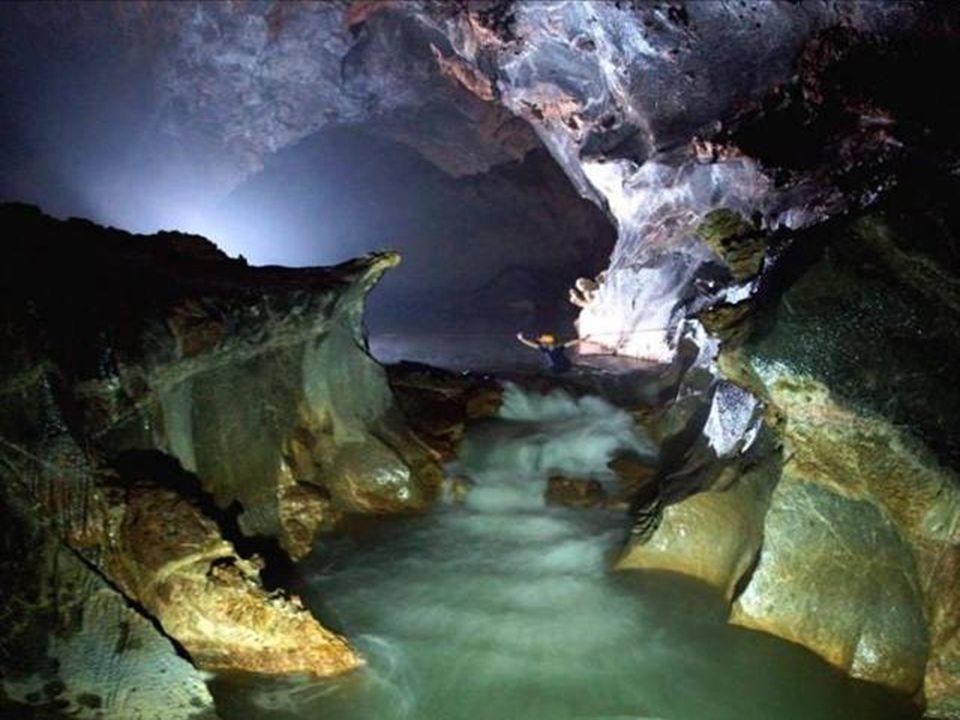 Abstieg in eine große Kammer. Zwei unterirdische Flüsse mussten sie überwinden Hang Son Doong bevor sie den Hauptgang des Hang Son Doong erreichten. A