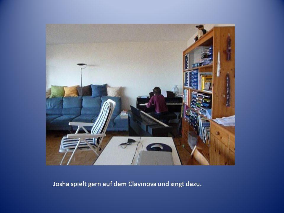 Josha spielt gern auf dem Clavinova und singt dazu.