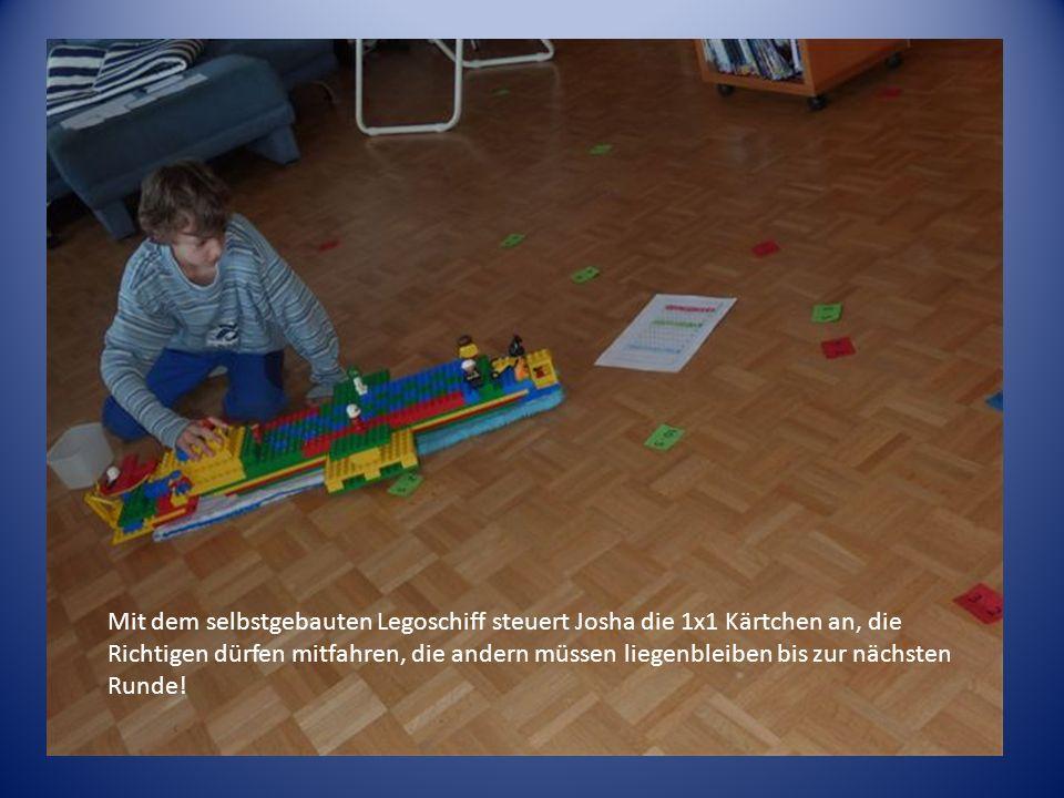 Mit dem selbstgebauten Legoschiff steuert Josha die 1x1 Kärtchen an, die Richtigen dürfen mitfahren, die andern müssen liegenbleiben bis zur nächsten
