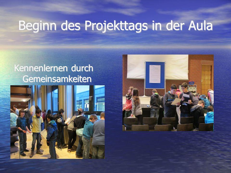 Beginn des Projekttags in der Aula Kennenlernen durch Gemeinsamkeiten