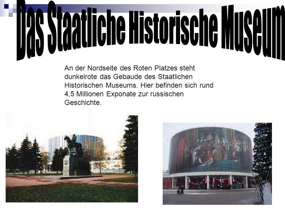 An der Nordseite des Roten Platzes steht dunkelrote das Gebaude des Staatlichen Historischen Museums. Hier befinden sich rund 4,5 Millionen Exponate z