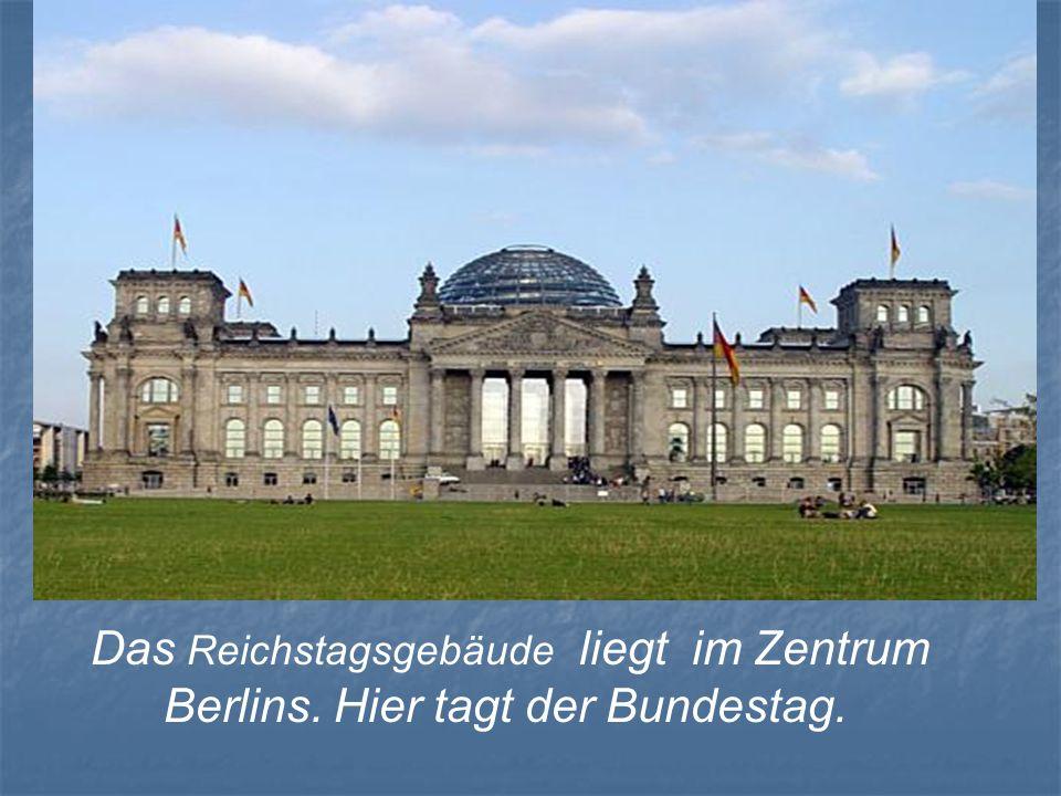 Das Reichstagsgebäude liegt im Zentrum Berlins. Hier tagt der Bundestag.