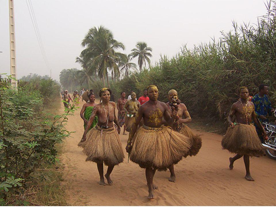 Auf der anderen Seite, in Benin gibt es drei große Stammesgebiete, die Region der Mittel (Zentral Süd), die Yoruba (in der östlichen Grenze zu Nigeria