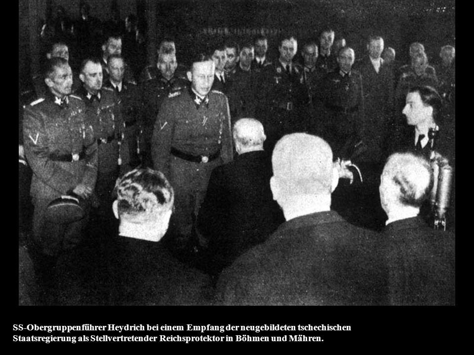 Zweits Deutsche Kriegsmeister- schaften. SS-Obergruppenführer Heyrich bei der Siegerverkündung nach den Säbelkämpfen.