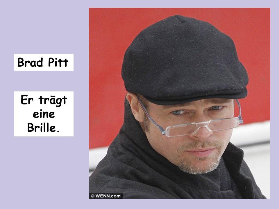 Brad Pitt Er trägt eine Brille.