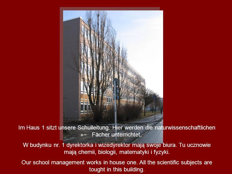 Im Haus 1 sitzt unsere Schulleitung. Hier werden die naturwissenschaftlichen Fächer unterrichtet. W budynku nr. 1 dyrektorka i wizedyrektor mają swoje
