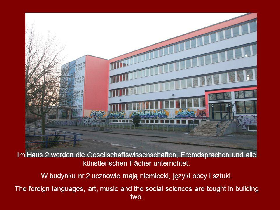 Im Haus 2 werden die Gesellschaftswissenschaften, Fremdsprachen und alle künstlerischen Fächer unterrichtet. W budynku nr.2 ucznowie mają niemiecki, j