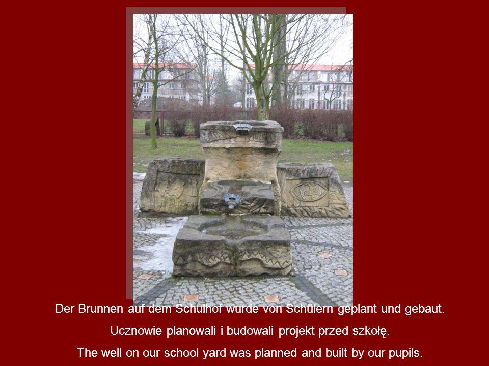 Der Brunnen auf dem Schulhof wurde von Schülern geplant und gebaut. Ucznowie planowali i budowali projekt przed szkołę. The well on our school yard wa