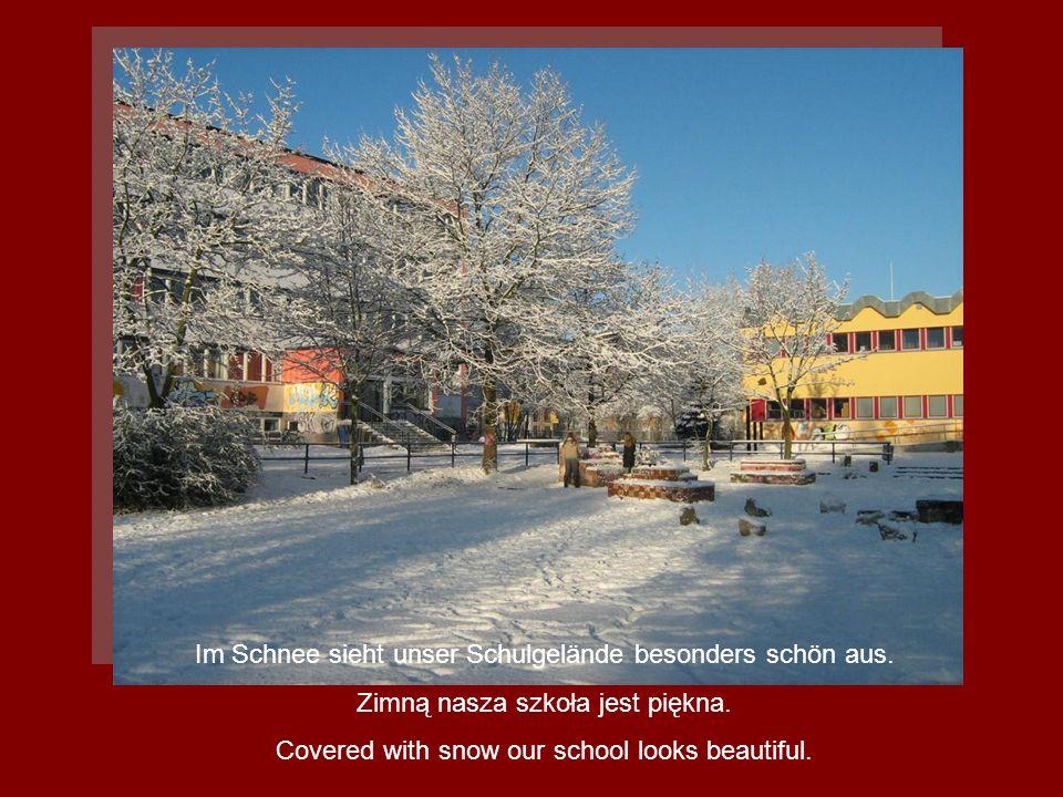 Im Schnee sieht unser Schulgelände besonders schön aus. Zimną nasza szkoła jest piękna. Covered with snow our school looks beautiful.