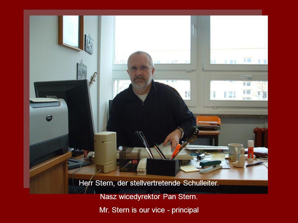 Herr Stern, der stellvertretende Schulleiter. Nasz wicedyrektor Pan Stern. Mr. Stern is our vice - principal