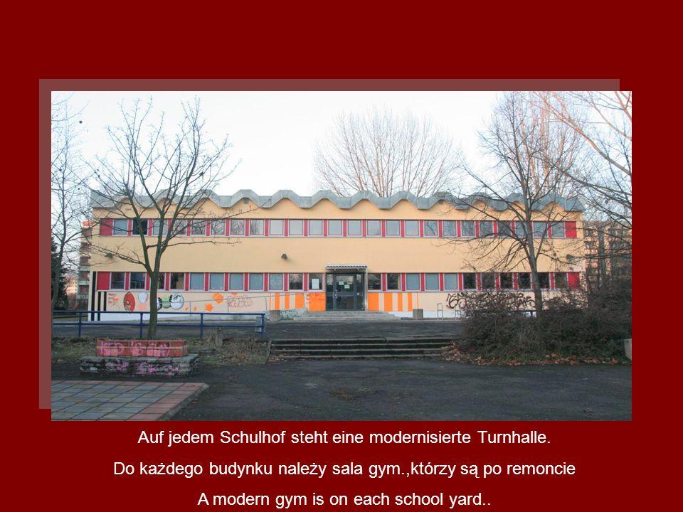 Auf jedem Schulhof steht eine modernisierte Turnhalle. Do każdego budynku należy sala gym.,którzy są po remoncie A modern gym is on each school yard..