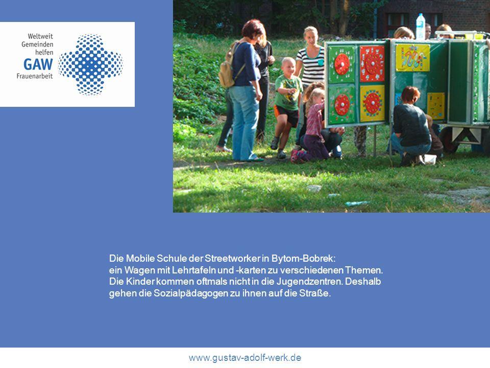 www.gustav-adolf-werk.de Die Mobile Schule der Streetworker in Bytom-Bobrek: ein Wagen mit Lehrtafeln und -karten zu verschiedenen Themen. Die Kinder
