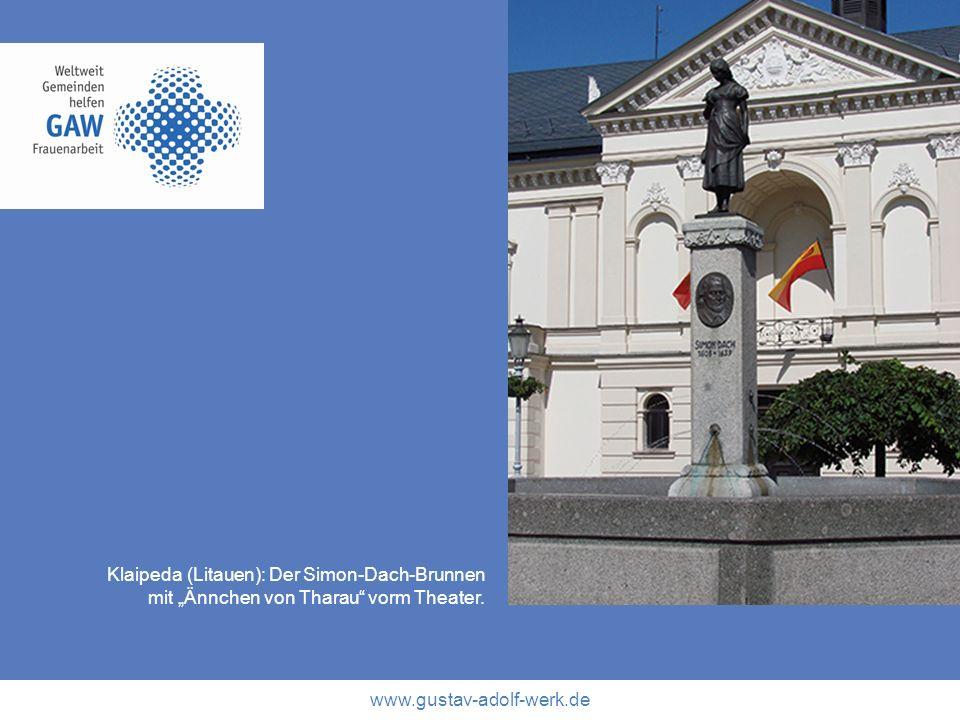 www.gustav-adolf-werk.de Klaipeda (Litauen): Der Simon-Dach-Brunnen mit Ännchen von Tharau vorm Theater.