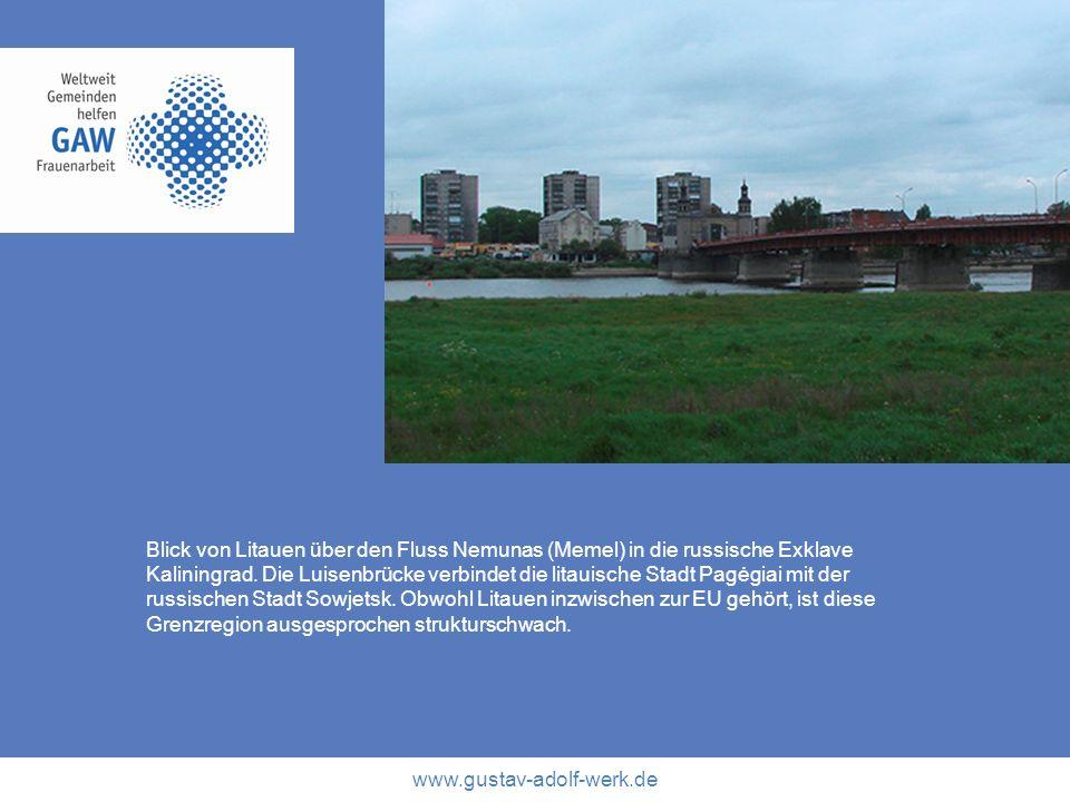 www.gustav-adolf-werk.de Blick von Litauen über den Fluss Nemunas (Memel) in die russische Exklave Kaliningrad. Die Luisenbrücke verbindet die litauis