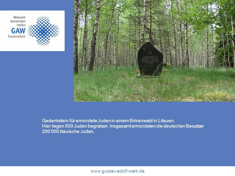 www.gustav-adolf-werk.de Gedenkstein für ermordete Juden in einem Birkenwald in Litauen. Hier liegen 500 Juden begraben. Insgesamt ermordeten die deut