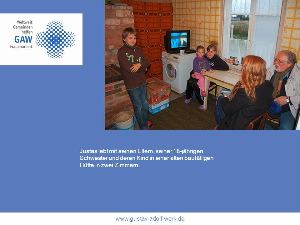 www.gustav-adolf-werk.de Justas lebt mit seinen Eltern, seiner 18-jährigen Schwester und deren Kind in einer alten baufälligen Hütte in zwei Zimmern.