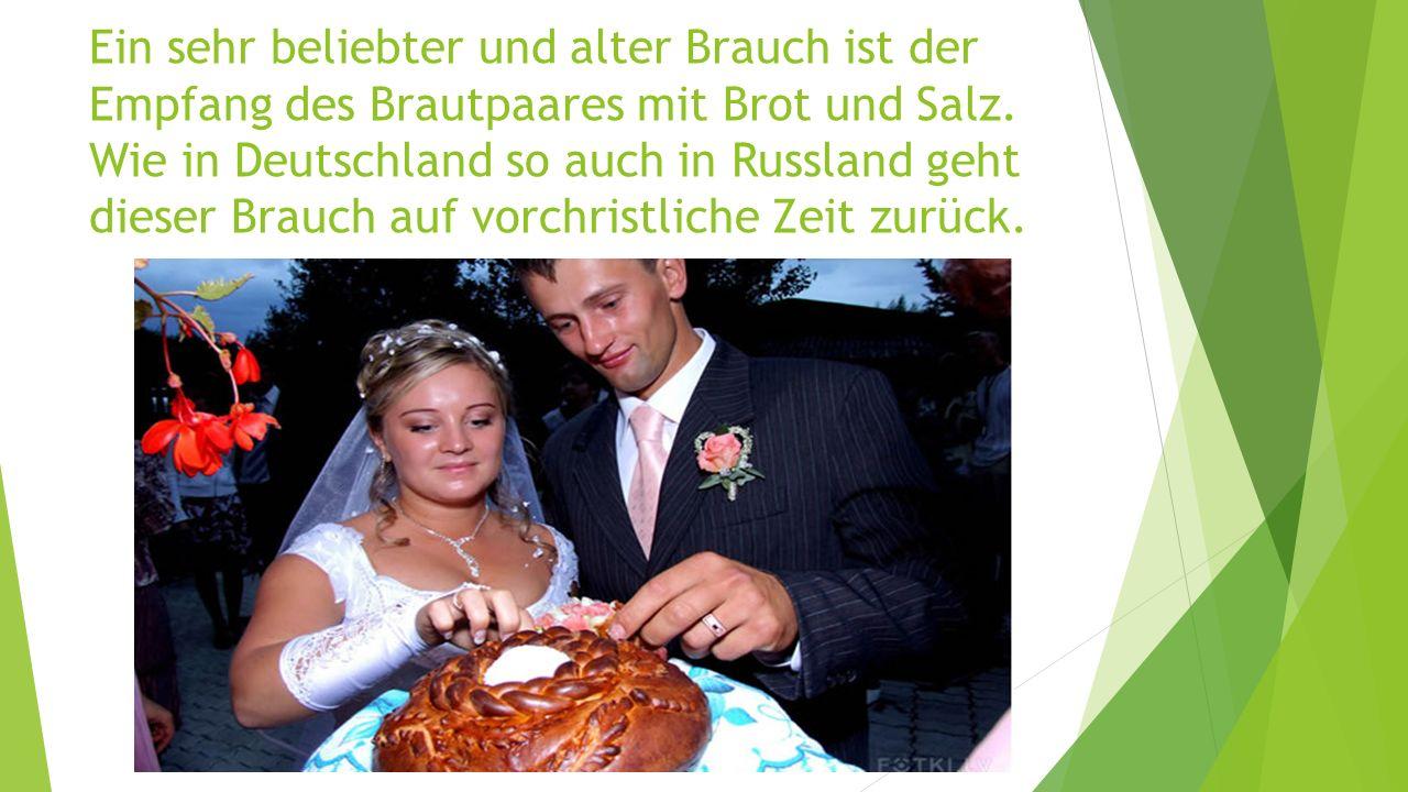Ein sehr beliebter und alter Brauch ist der Empfang des Brautpaares mit Brot und Salz.