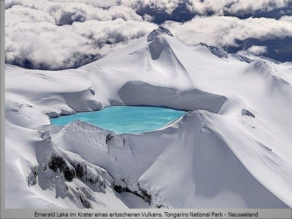 Emerald Lake im Krater eines erloschenen Vulkans. Tongariro National Park - Neuseeland