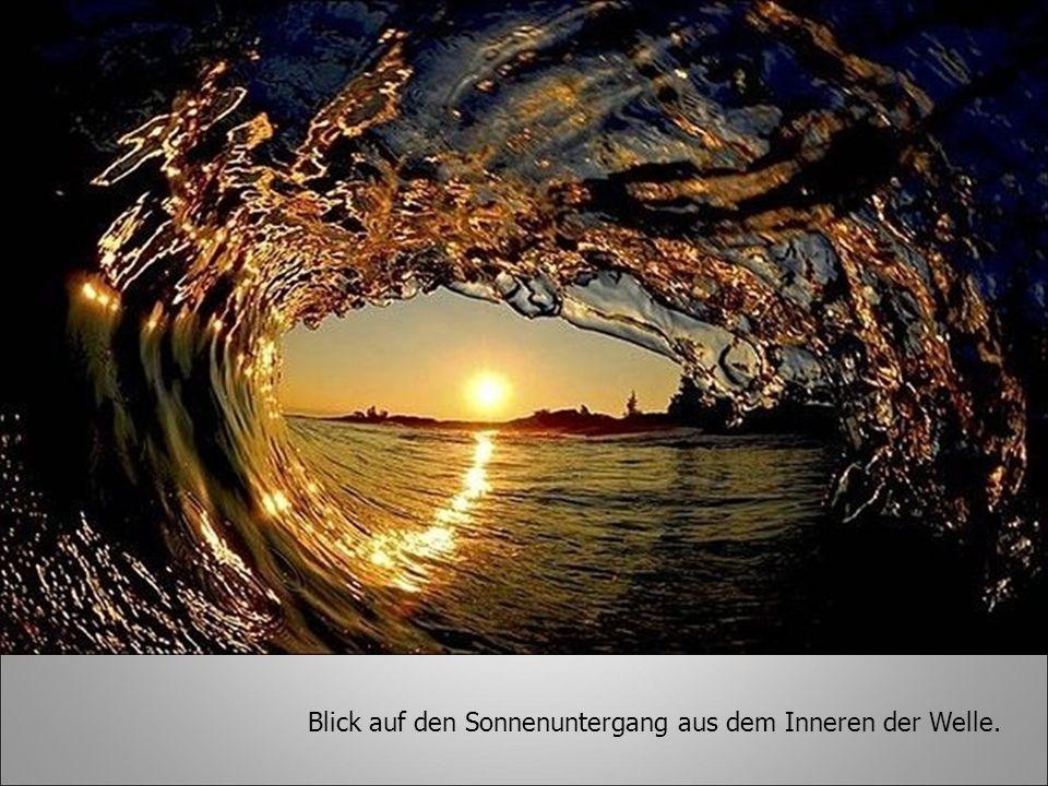 Blick auf den Sonnenuntergang aus dem Inneren der Welle.
