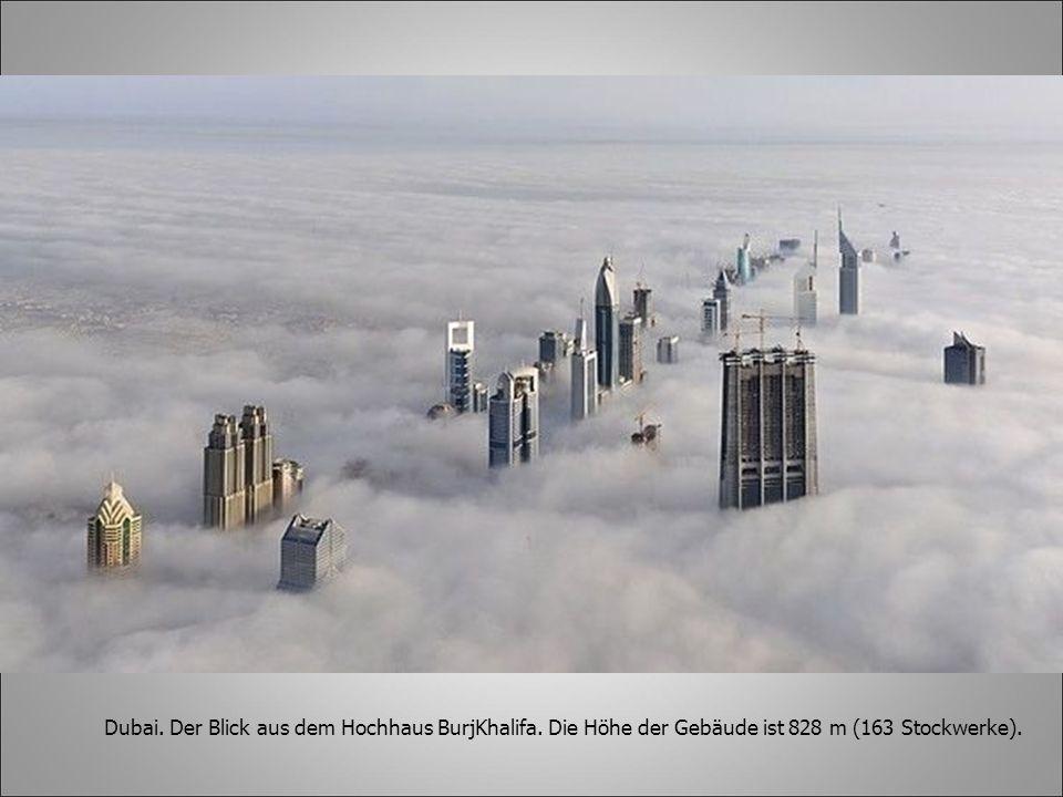Dubai. Der Blick aus dem Hochhaus BurjKhalifa. Die Höhe der Gebäude ist 828 m (163 Stockwerke).