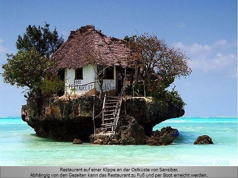 Restaurant auf einer Klippe an der Ostküste von Sansibar. Abhängig von den Gezeiten kann das Restaurant zu Fuß und per Boot erreicht werden.