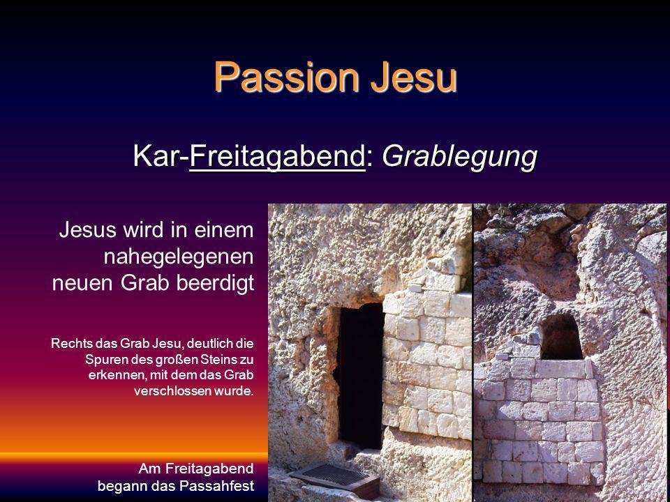 Passion Jesu Kar-Freitagabend: Grablegung Jesus wird in einem nahegelegenen neuen Grab beerdigt Rechts das Grab Jesu, deutlich die Spuren des großen Steins zu erkennen, mit dem das Grab verschlossen wurde.