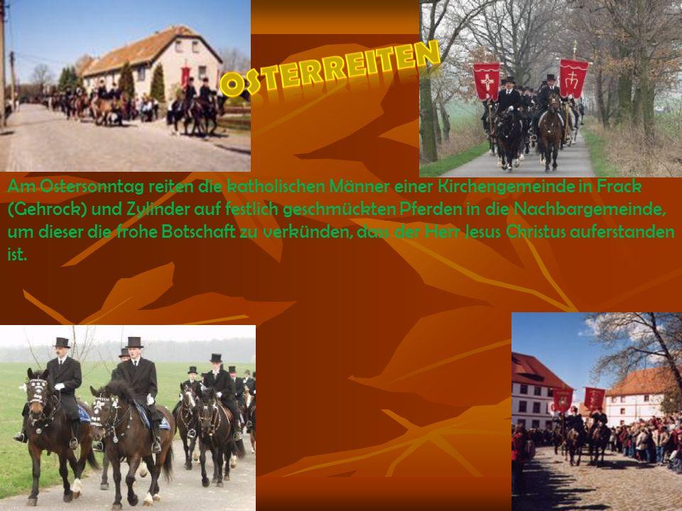 Am Ostersonntag reiten die katholischen Männer einer Kirchengemeinde in Frack (Gehrock) und Zylinder auf festlich geschmückten Pferden in die Nachbarg