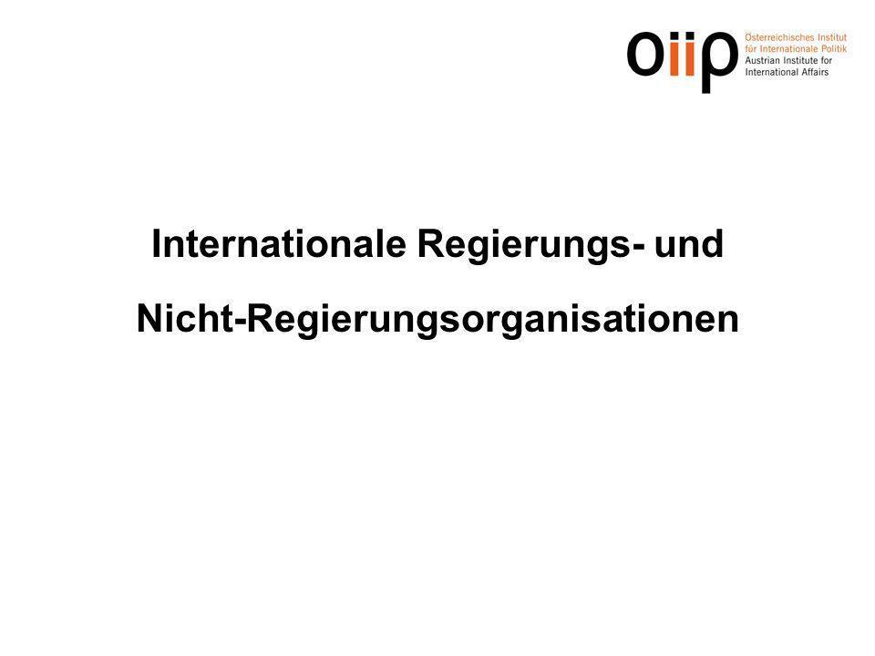 Definition: Eine Internationale Organisation im völkerrechtlichen Sinne ist ein Zusammenschluss von mindestens zwei Staaten (oder anderen Völkerrechtssubjekten), der auf Dauer angelegt ist, sich in der Regel über nationale Grenzen hinweg betätigt und gouvernementale/staat- liche Aufgaben erfüllt.