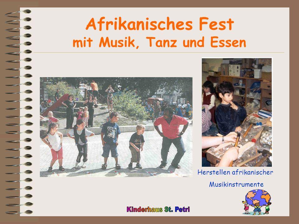 Afrikanisches Fest mit Musik, Tanz und Essen Herstellen afrikanischer Musikinstrumente