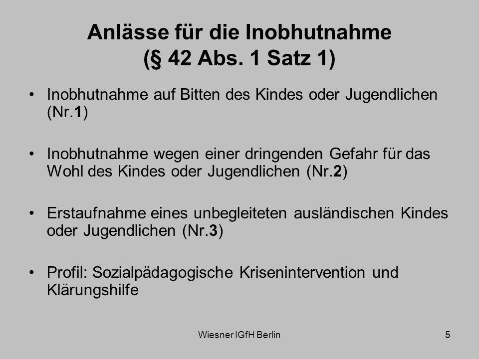 Wiesner IGfH Berlin26 Verpflichtung zur Schutzgewährung Einreise unbegleiteter Minderjähriger als generell vermutete akute Kindeswohlgefährdung Vorgaben des Haager Minderjährigenschutzabkommens und der UN-KRK Spezifische sorgerechtliche Ausgangslage Verhältnis des § 42 SGB VIII zur Wohnpflicht nach dem AsylverfahrensG Information des Jugendamtes über die Einreise Spezifische Anforderungen an die Unterbringung von Kindern und Jugendlichen
