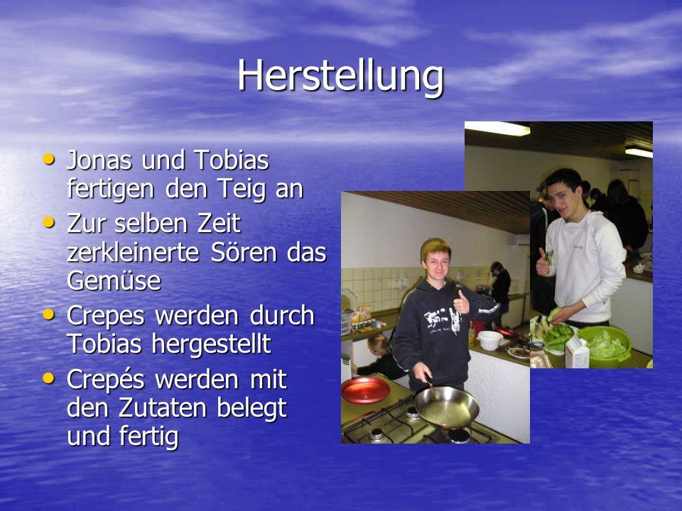 Herstellung Jonas und Tobias fertigen den Teig an Jonas und Tobias fertigen den Teig an Zur selben Zeit zerkleinerte Sören das Gemüse Zur selben Zeit