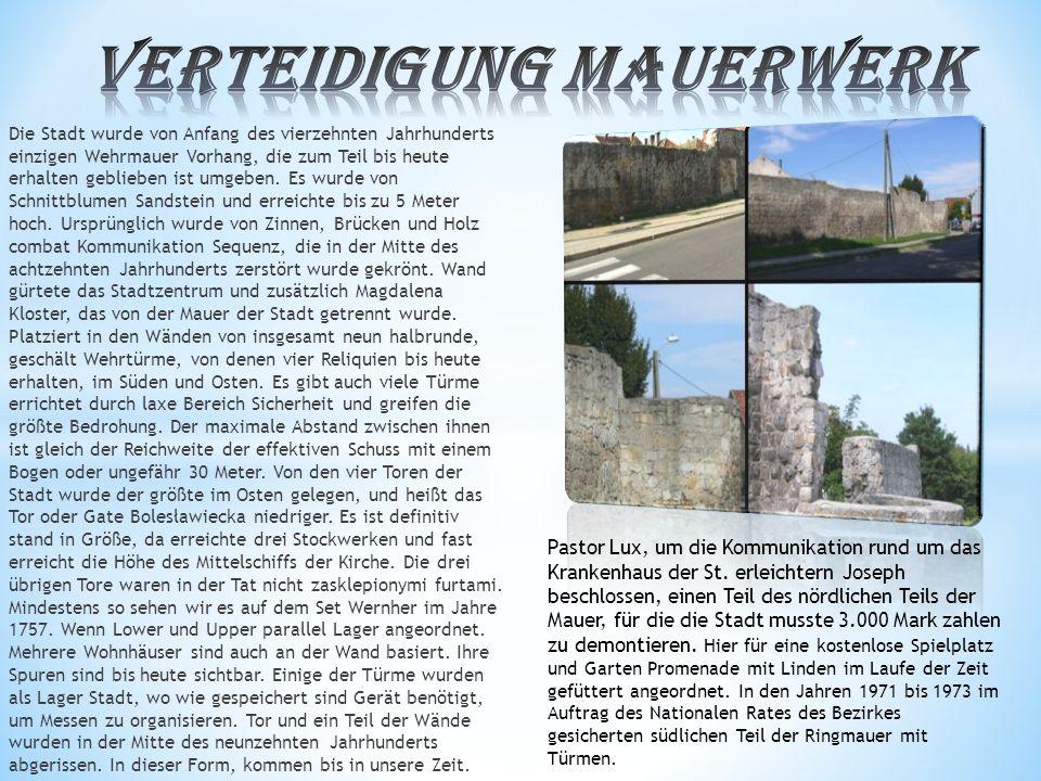 Die Stadt wurde von Anfang des vierzehnten Jahrhunderts einzigen Wehrmauer Vorhang, die zum Teil bis heute erhalten geblieben ist umgeben.