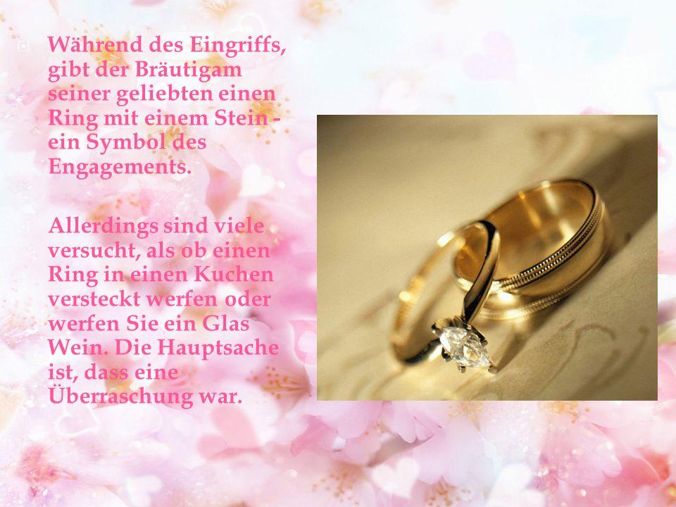Während des Eingriffs, gibt der Bräutigam seiner geliebten einen Ring mit einem Stein - ein Symbol des Engagements.