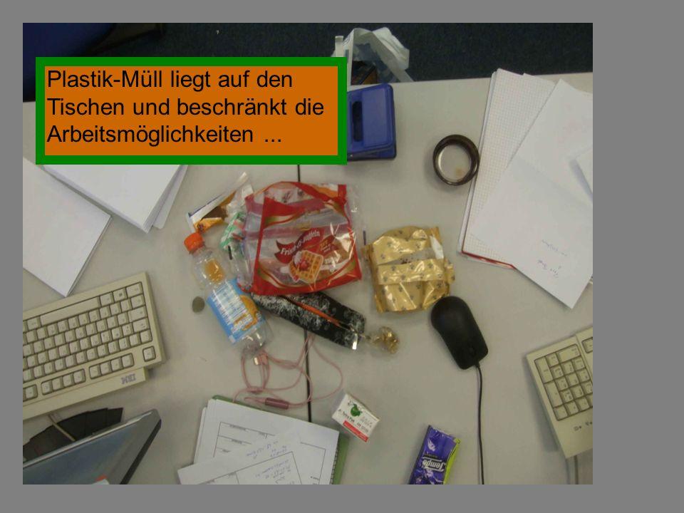 Plastik-Müll liegt auf den Tischen und beschränkt die Arbeitsmöglichkeiten...
