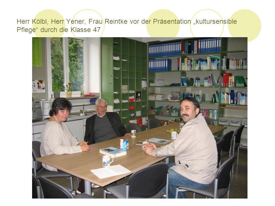Herr Kölbl, Herr Yener, Frau Reintke vor der Präsentation kultursensible Pflege durch die Klasse 47