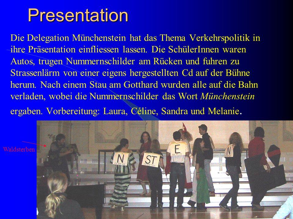 Presentation Jede Delegation muss sich im Plenum vorstellen. Kreativität und Humor, aber auch politische Botschaften sollen dabei im Vordergrund stehe