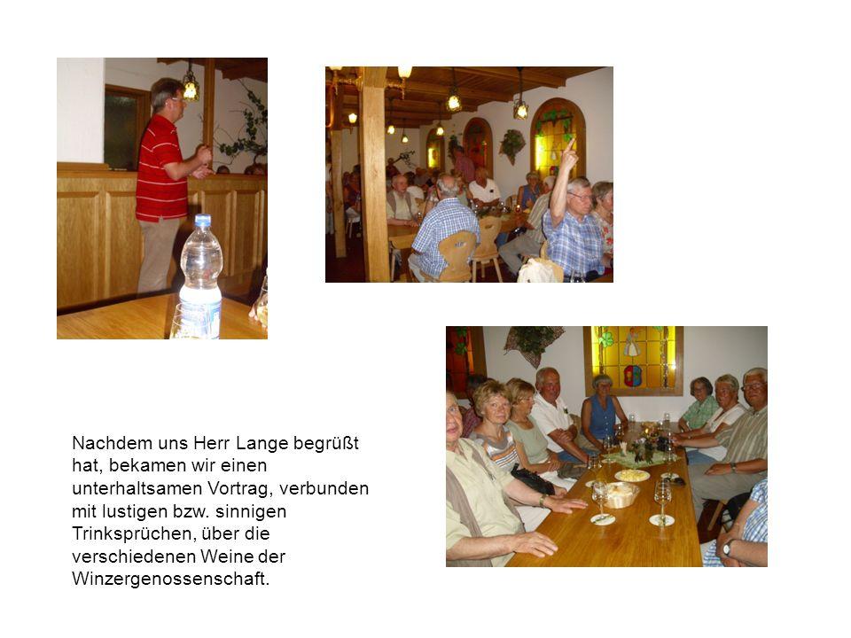 Nachdem uns Herr Lange begrüßt hat, bekamen wir einen unterhaltsamen Vortrag, verbunden mit lustigen bzw. sinnigen Trinksprüchen, über die verschieden