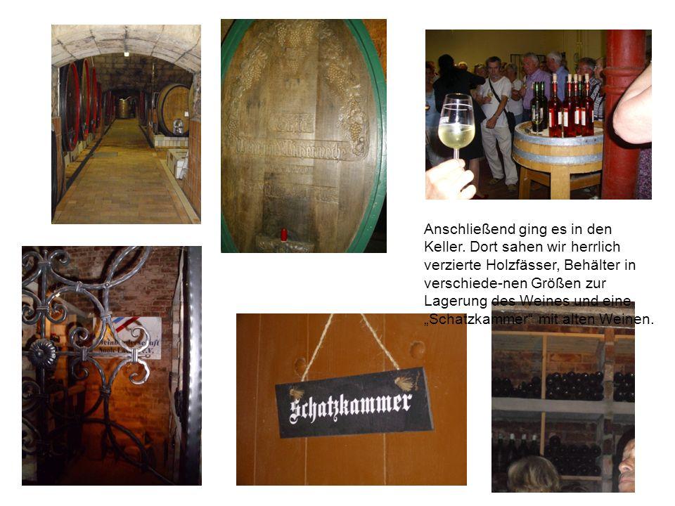 Anschließend ging es in den Keller. Dort sahen wir herrlich verzierte Holzfässer, Behälter in verschiede-nen Größen zur Lagerung des Weines und eine S