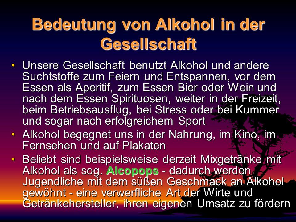Bedeutung und Wirkungen von Alkohol Alkohol entsteht durch Vergären von Früchten und wird durch Destillieren konzentriertAlkohol entsteht durch Vergären von Früchten und wird durch Destillieren konzentriert Alkohol wird in vielen Kulturen als Nahrungs-, Genuss- und Rauschmittel verwendetAlkohol wird in vielen Kulturen als Nahrungs-, Genuss- und Rauschmittel verwendet Alkohol kommt in unter- schiedlichen Formen als Flüssigkeit mit verschieden hohen Promillegehalt in Ge- tränken vorAlkohol kommt in unter- schiedlichen Formen als Flüssigkeit mit verschieden hohen Promillegehalt in Ge- tränken vor