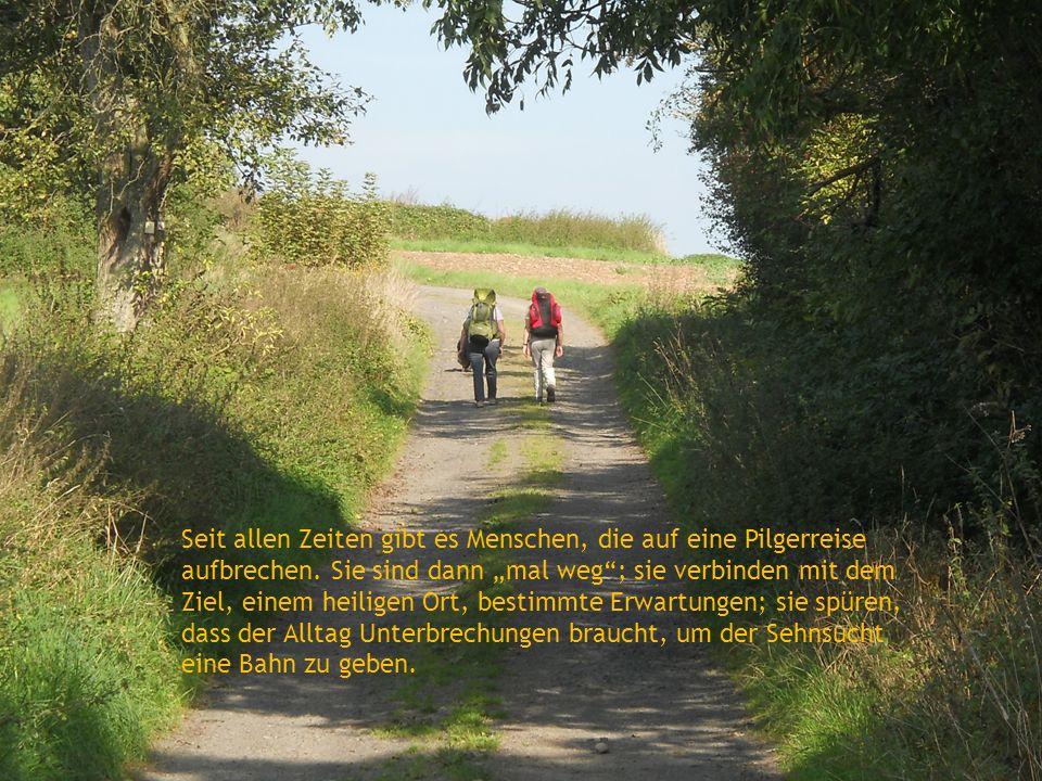 Seit allen Zeiten gibt es Menschen, die auf eine Pilgerreise aufbrechen. Sie sind dann mal weg; sie verbinden mit dem Ziel, einem heiligen Ort, bestim