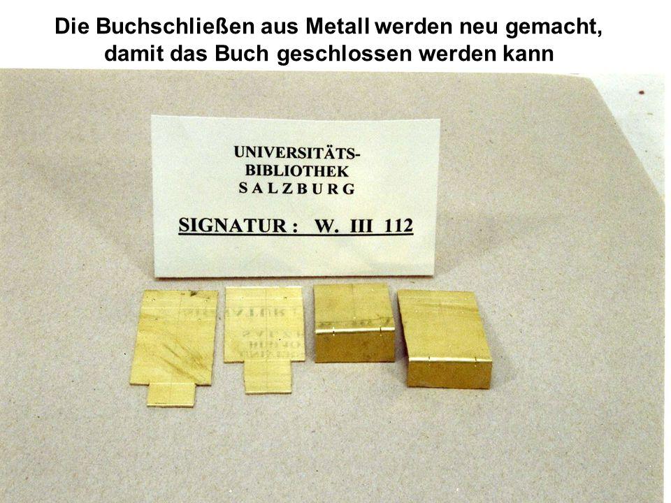 Die Buchschließen aus Metall werden neu gemacht, damit das Buch geschlossen werden kann
