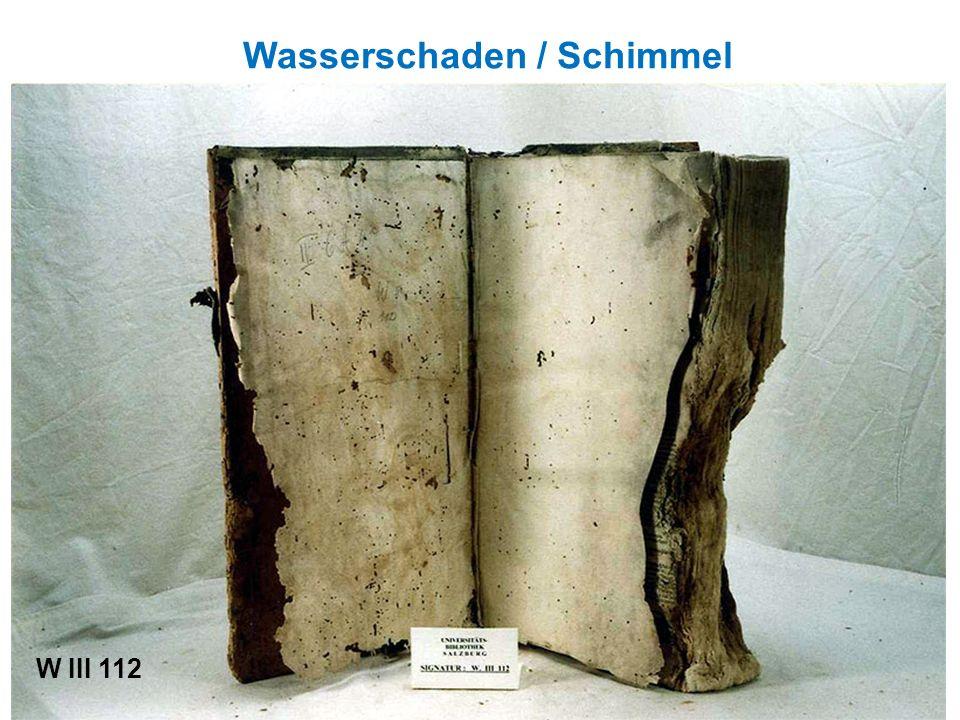 Der Buchblock wird vom Einband gelöst