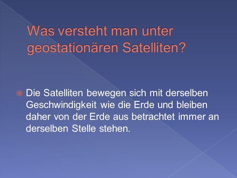 Die Satelliten bewegen sich mit derselben Geschwindigkeit wie die Erde und bleiben daher von der Erde aus betrachtet immer an derselben Stelle stehen.