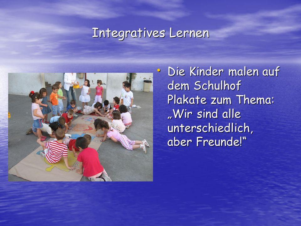 Integratives Lernen Die Kinder malen auf dem Schulhof Plakate zum Thema: Wir sind alle unterschiedlich, aber Freunde.