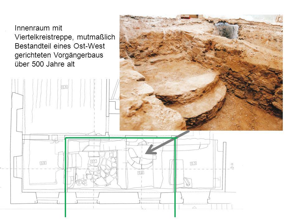 Innenraum mit Viertelkreistreppe, mutmaßlich Bestandteil eines Ost-West gerichteten Vorgängerbaus über 500 Jahre alt